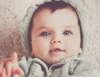 Ubranka dla niemowląt – polskie marki czy propozycje z sieciówek?